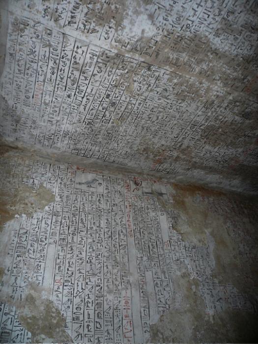 Стены гробницы Джехути, украшенные текстами из Книги мёртвых. Фото - J.M. Galán
