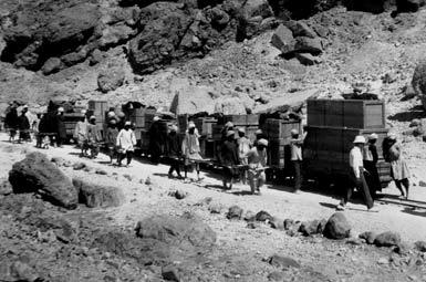 Транспортировка найденных артефактов из некрополя