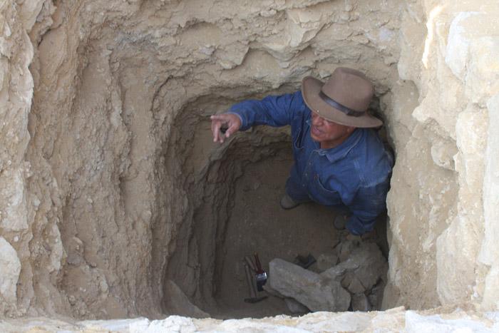 Захи Хавасс в шахте одной из гробниц