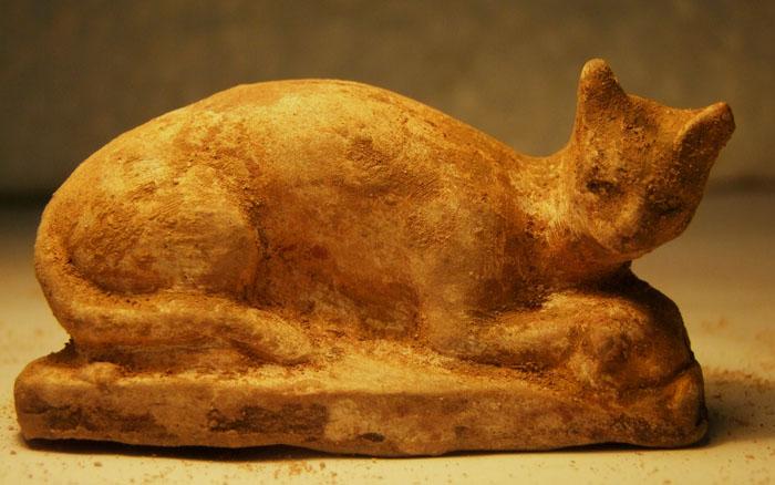 Статуэтка Бастет в виде кошки, держащей птицу
