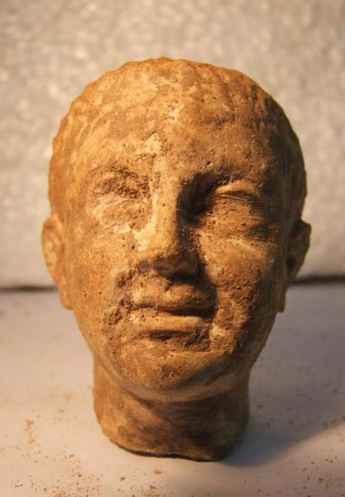 Известняковая голова мужчины из храма в Ком эль-Дикке