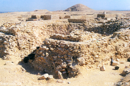 Пирамида царицы Бехену, к северу от неё пирамида Пепи I