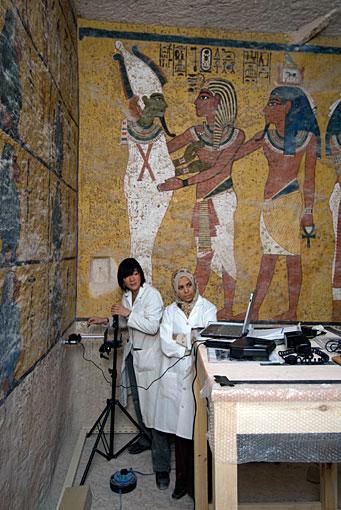 Исследование росписей гробницы Тутанхамона с применением микроскопа