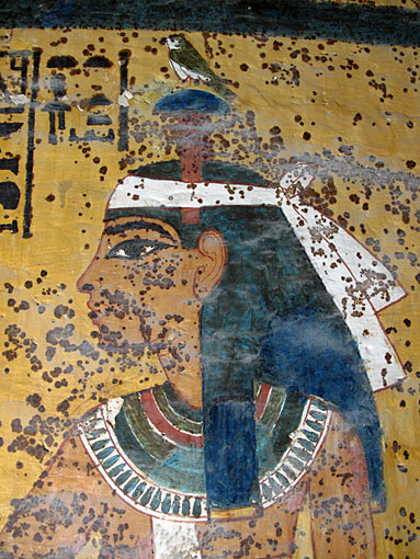 Коричневые пятна на росписях гробницы Тутанхамона